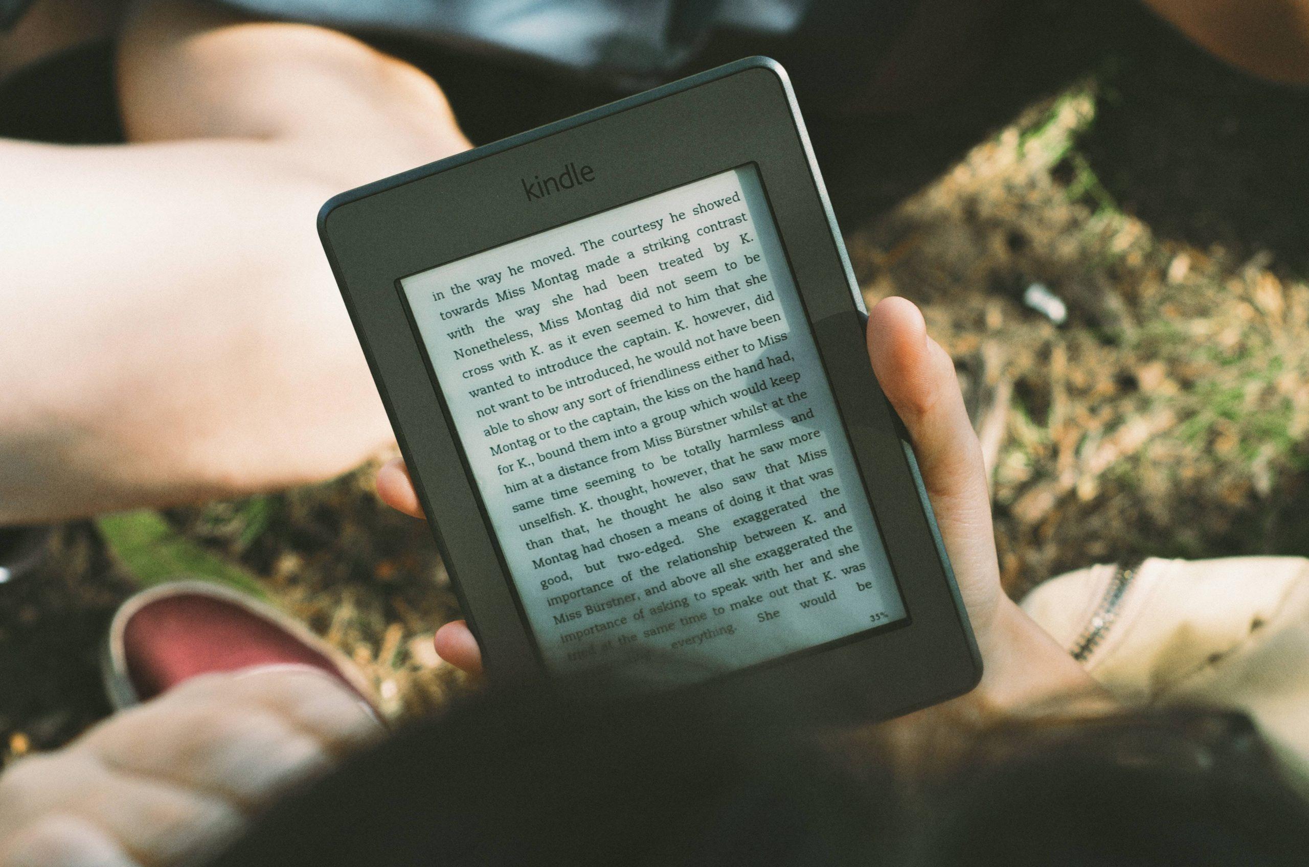 Persoon leest op Kindle eReader