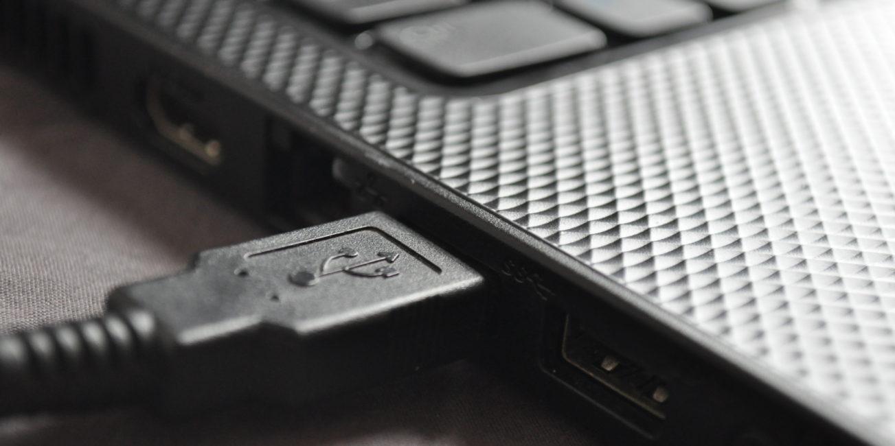 De USB-kabel van een Kobo in een laptop voor het overzetten van de ePub