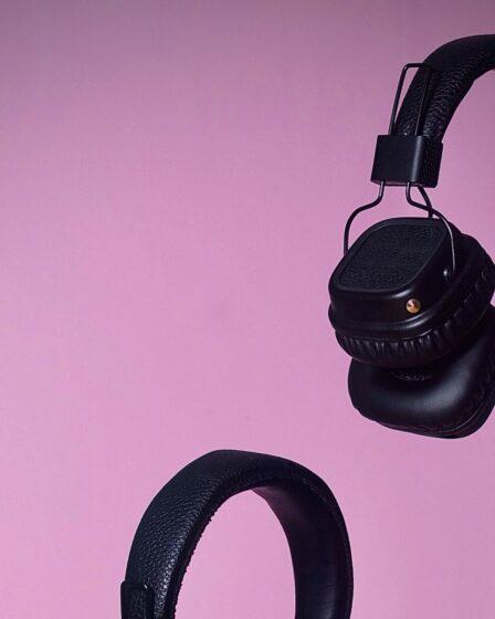 Headsets op roze achtergrond voor Storytel review artikel